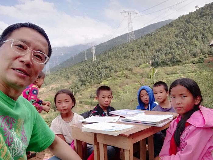 在山上为孩子们进行课后补习,鼓励他们慢慢进步