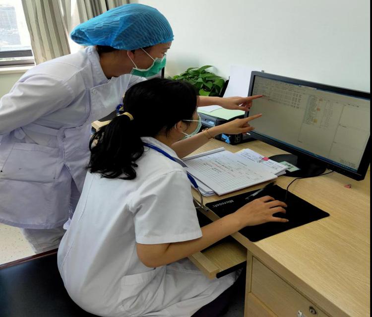 和同事讨论一些疑难病例,确定最适合的治疗方案