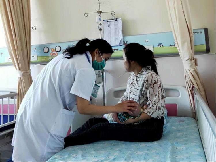 巡查病房,耐心查看并诊断每个孩子的情况